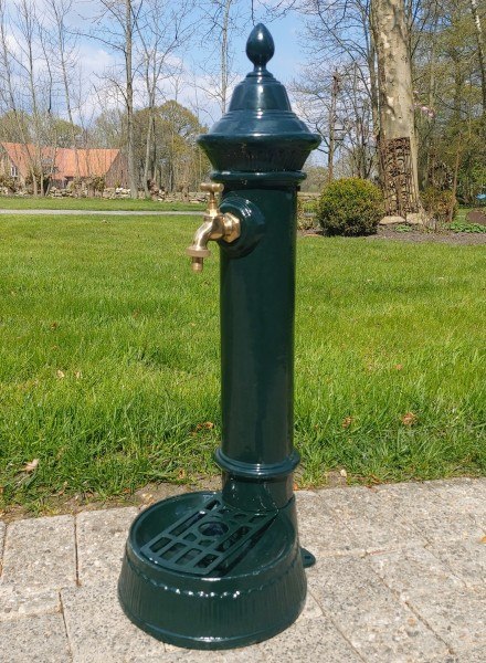 Wassersäule , Wasserstelle , Wasserhahn , Gartenbrunnen,Brunnen Grün